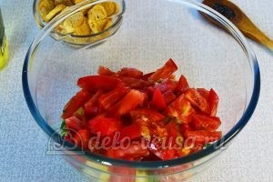 Овощной салат с сухариками: Измельчить помидоры