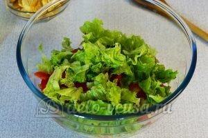 Овощной салат с сухариками: Измельчить листья салата