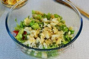 Овощной салат с сухариками: Капусту порезать