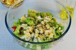 Овощной салат с сухариками: Заправить маслом