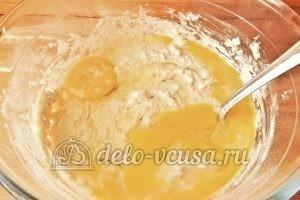 Овсяные оладьи с бананом: Добавляем яйца и щепотку соли