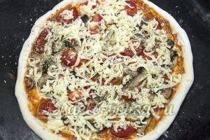 Пицца Фунги: Посыпаем сыром и отправляем в духовку