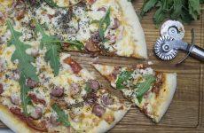 Пицца с сосисками и помидорами