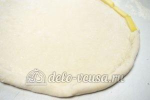 Пицца с сосисками и помидорами: Формируем сырный бортик