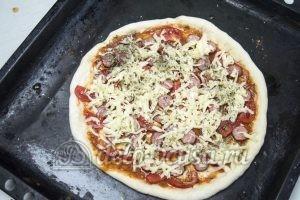 Пицца с сосисками и помидорами: Выкладываем начинку и сыр и отправляем пиццу в духовку