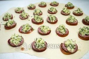 Пирожки-бомбочки: Раскатываем половину теста и выкладываем начинку