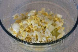 Салат из огурцов, яиц и зелени: Измельчить яйца