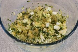 Салат из огурцов, яиц и зелени: Перемешать компоненты
