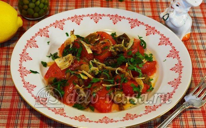 Теплый салат с опятами и помидорами