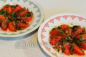 Салат с опятами и помидорами: Посыпать зеленью салат