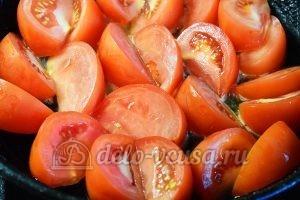 Салат с опятами и помидорами: Помидоры кладем на сковородку