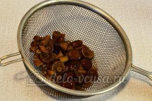 Салат с опятами и помидорами: Слить воду с грибов