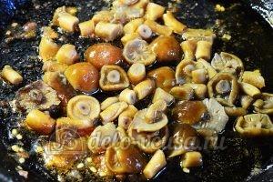Салат с опятами и помидорами: Обжарить грибы