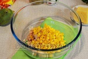 Салат из редьки с курицей: Курицу соединить с кукурузой