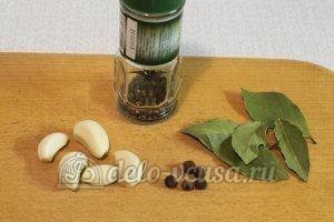 Сало в луковой шелухе: Подготовить специи и чеснок