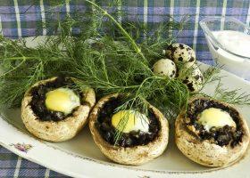 Фаршированные шампиньоны с перепелиными яйцами