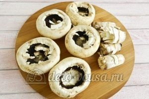 Фаршированные шампиньоны с перепелиными яйцами: Отделяем у грибов ножку от шляпки