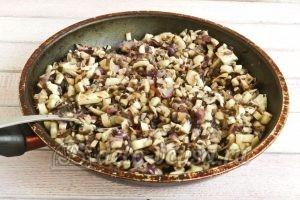 Фаршированные шампиньоны с перепелиными яйцами: Обжариваем лук и мякоть грибов, добавляем специи
