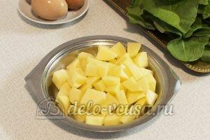 Щавелевый суп без мяса: Порезать картошку