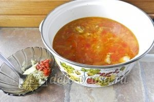 Суп харчо из говядины: Добавляем овощи в бульон, готовим заправку