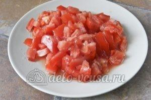 Суп харчо из говядины: Нарезаем кубиками помидоры