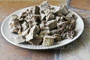 Суп харчо из говядины: Нарезаем мясо на кусочки