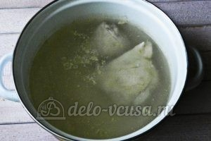 Куриный суп с перловкой: Варим перловку в бульоне 20-30 минут