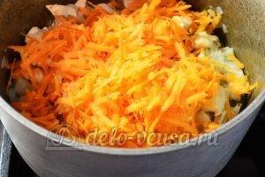 Тушеная капуста с курицей: Добавить морковь