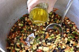 Бакат из баклажанов: Добавить масло и поставить на огонь