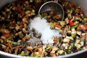 Бакат из баклажанов: Добавить соль и сахар