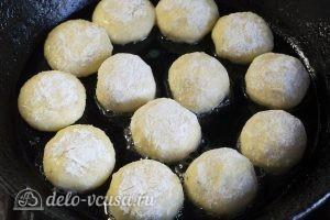 Биточки с сыром: Выкладываем шарики на сковороду