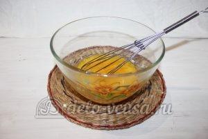 Блины на простокваше: Соединить яйца сахар и соль
