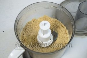 Чизкейк с творогом и клубникой: Измельчить печенье