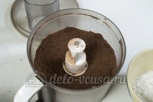 Чизкейк с нутеллой: Измельчить какао с печеньем