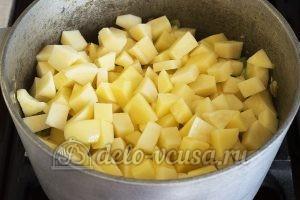 Овощное рагу с кабачками и картошкой: Выкладываем картофель в казан