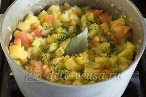 Овощное рагу с кабачками и картошкой: Доводим до готовности картофель и добавляем лавровый лист и зелень