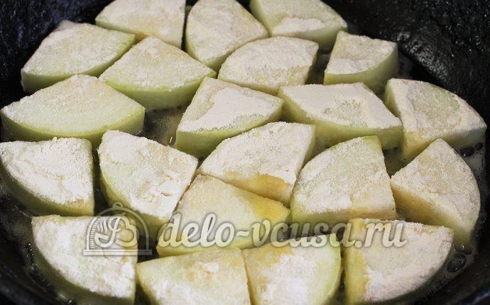 Кабачки жареные в сметане: Выкладываем кабачок на сковорду