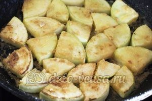 Кабачки жареные в сметане: Обжариваем кабачок