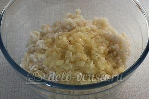 Котлеты из рисовой каши: Соединяем лук и рис