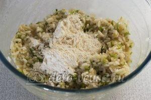 Котлеты из рисовой каши: Всыпаем просеянную пшеничную муку