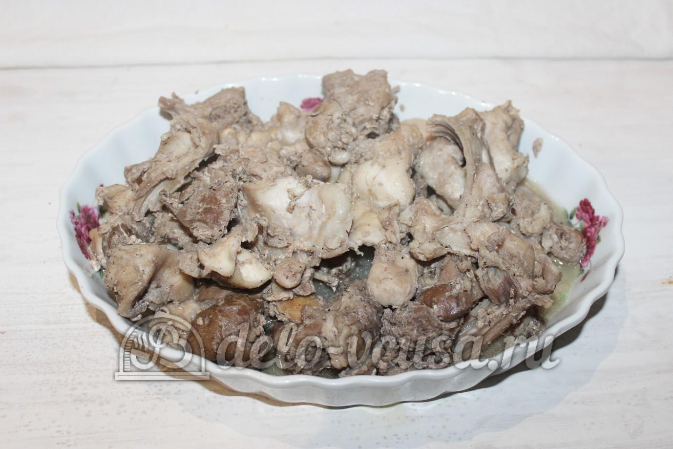 Тушеный кролик в духовке: Переложить мясо в форму