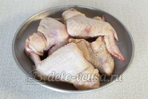 Крылышки в сметанно-томатном соусе: Промыть крылышки