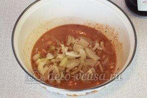 Крылышки в сметанно-томатном соусе: Добавить лук