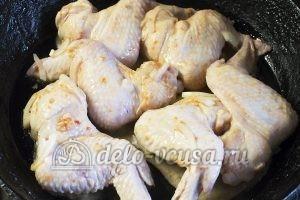 Крылышки в сметанно-томатном соусе: Кладем крылышки на сковородку