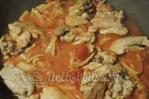 Курица по-средиземноморски: Добавляем курицу в сковородку
