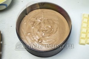 Торт Три шоколада: Заливаем в форму мусс из темного шоколада