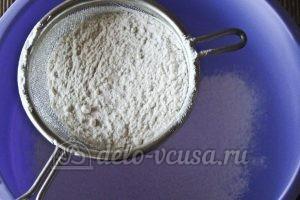 Открытый пирог со смородиной: Просеиваем муку