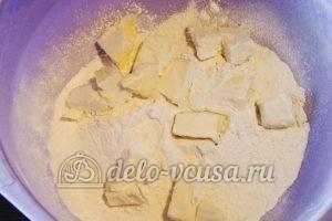Открытый пирог со смородиной: Соединяем мучную смесь с маслом