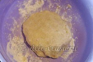 Открытый пирог со смородиной: Вымешиваем руками шар из теста