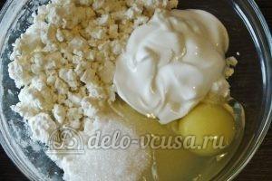 Открытый пирог со смородиной: Соединяем творог, сахар и сметану для начинки